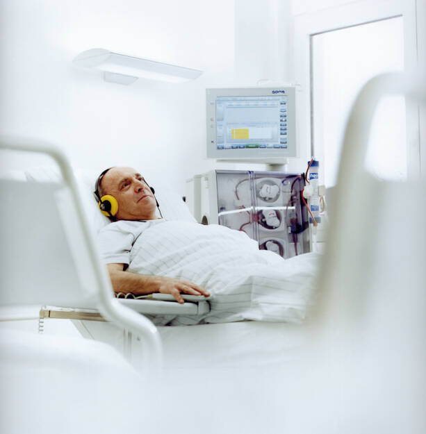 Dialysebehandlung mit einem Dialysegerät der Serie 5008 von Fresenius Medical Care, © Fresenius AG (Homepage) (21.02.2014)