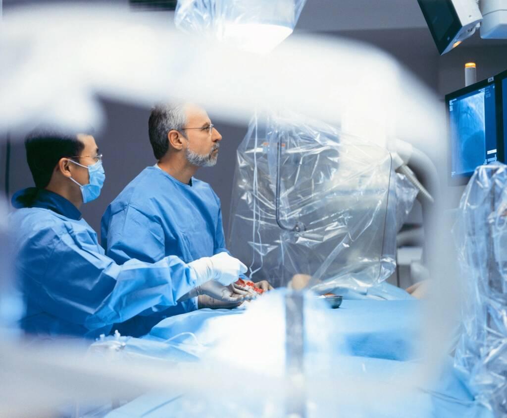 Herzoperation in einer Helios Klinik. Ein Koronarstent wird mit Hilfe eines Katheters platziert. Fresenius Helios ist eines der größten und medizinisch führenden Klinikunternehmen Europas., © Fresenius AG (Homepage) (21.02.2014)