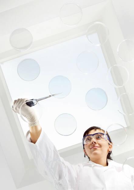 MorphoSys-Wissenschaftlerin mit Petrischalen, © MorphoSys AG (Homepage) (23.02.2014)