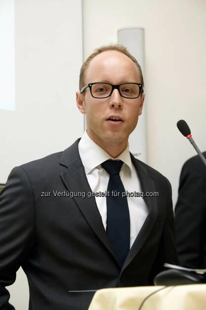"""Christian Thaler erhielt den Hauptpreis 2013 mit der Dissertation: """"Verletzung kapitalmarktrechtlicher Vorschriften - Marktmanipulation, Insiderhandel und Ad-hoc-Publizität"""" im Wert von 4.000 Euro, © IVA (24.02.2014)"""
