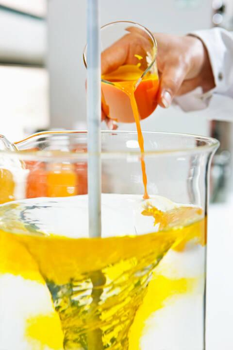 Im Getränkelabor der BASF in Ludwigshafen wird gelbe Limonade hergestellt.