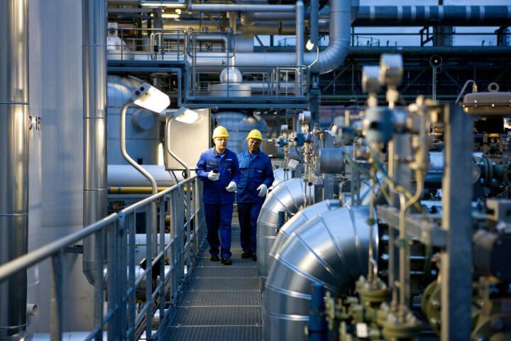 Sven Heinrich und Jules Tchana, beide Chemikanten (BASF), bei einem Kontrollgang in der Wasserstoffanlage. Diese Anlage produziert nicht nur Wasserstoff, sondern speist auch Dampf in das 40 bar Netz des BASF Verbundstandorts Ludwigshafen ein.