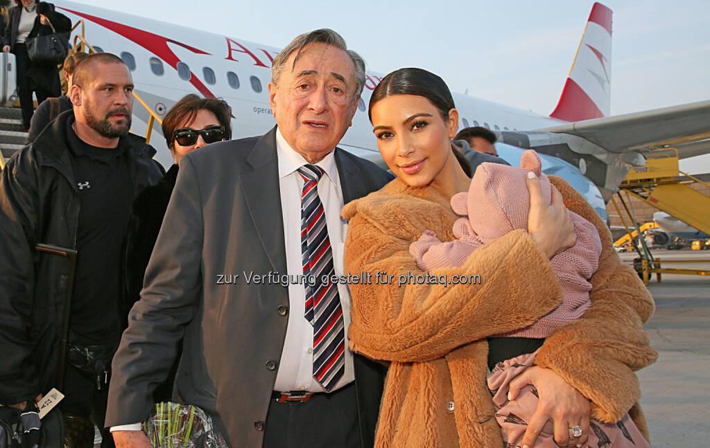 Austrian bringt Kim Kardashian zum Opernball: Richard Lugner, Kim Kardashian mit Tochter North (26.02.2014)