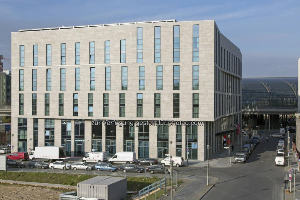 Die Deutsche Gesellschaft für Nachhaltiges Bauen (DGNB) hat das von CA Immo realisierte InterCityHotel Berlin Hauptbahnhof mit dem höchsten Zertifikat in Gold ausgezeichnet. (Bild: CA Immo) (27.02.2014)