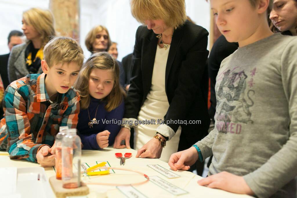 Leonardino 2.0, Kinder der VS Oberdorferstraße beim Experimentieren , © Martina Draper für Festo (27.02.2014)