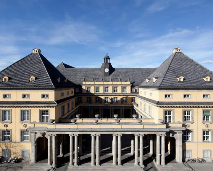 Hauptgebäude mit Schmuckhof, Königinstraße 107, Münchner Rückversicherung