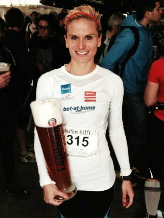 Elisabeth Niedereder im bet-at-home-Shirt und mit einem ordentlichen Erdinger nach einem schnellen 5km-Run