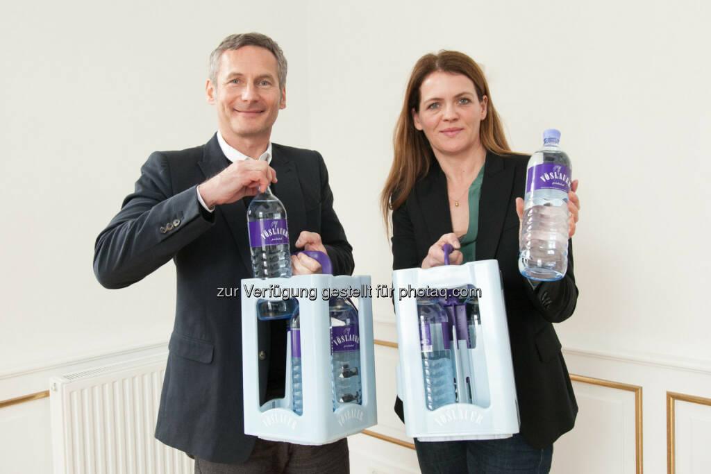Alfred Hudler (Vorstandsvorsitzender der Vöslauer Mineralwasser AG), Birgit Aichinger (Marketingleiterin Vöslauer Mineralwasser AG): Vöslauer bringt neue Glasmehrwegflasche in den Handel (04.03.2014)