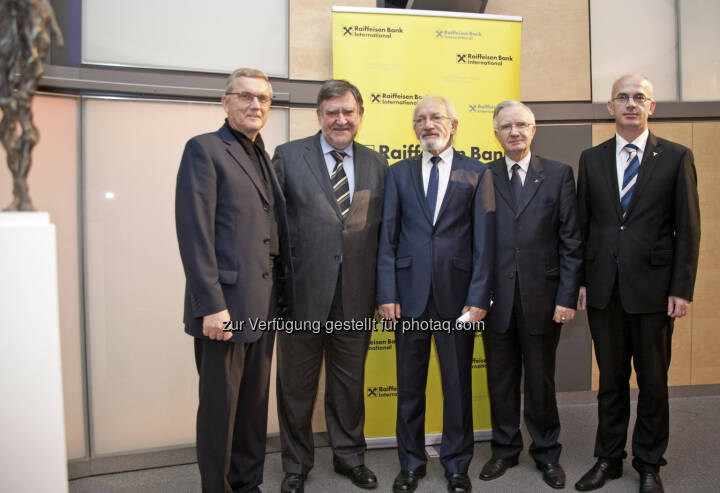 Der Biografieautor Johann Günther, Herbert Stepic (Raiffeisen), Luan Mulliqi der Bildhauer, die Botschafter von Albanien und dem Kosovo in Wien