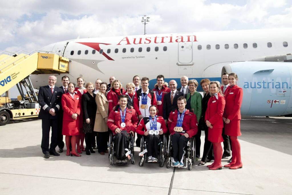 Gestern Mittag ist das erfolgreiche österreichische Paralympische Team mit dem Austrian Flug OS2764 pünktlich in Wien gelandet. Mit an Bord waren neben der Präsidentin des österreichischen Paralympischen Commitee (ÖPC), Bundesministerin a.D. Maria Rauch-Kallat auch die Medaillengewinner Philipp Bonadimann (1 mal Silber), Matthias Lanzinger (2 mal Silber), Claudia Lösch (2 mal Silber), Roman Rabl (3 mal Bronze) und Markus Salcher (2 mal Gold, 1 mal Bronze). Nach der Landung wurde das österreichische Team von einer offiziellen Delegation, angeführt von Sportminister Gerald Klug, willkommen geheißen. Foto: Michèle Pauty (18.03.2014)
