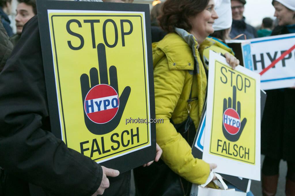 Stop Hypo Falsch Hypo Demonstration in Wien am 18.03.2014, © Martina Draper/finanzmarktfoto.at (18.03.2014)