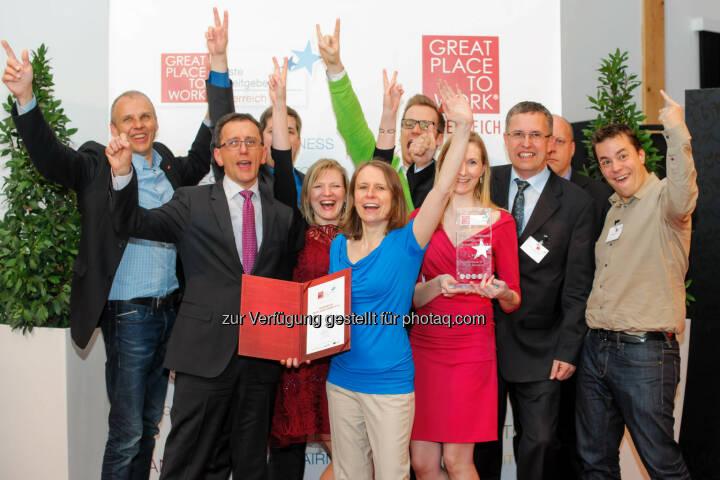 Anecon CEO Hans Schmit (2.v.l.) jubelt mit seiner Mannschaft über den erneuten Stockerlplatz - auch heuer Platz 2 unter den besten Arbeitgebern Österreichs.