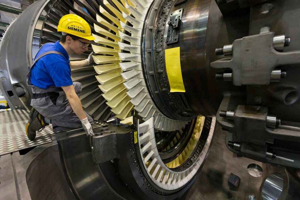 Mitarbeiter des Gasturbinenwerks Berlin legen den so genannten Läufer in das Turbinengehäuse ein., © Siemens AG (Homepage) (28.03.2014)
