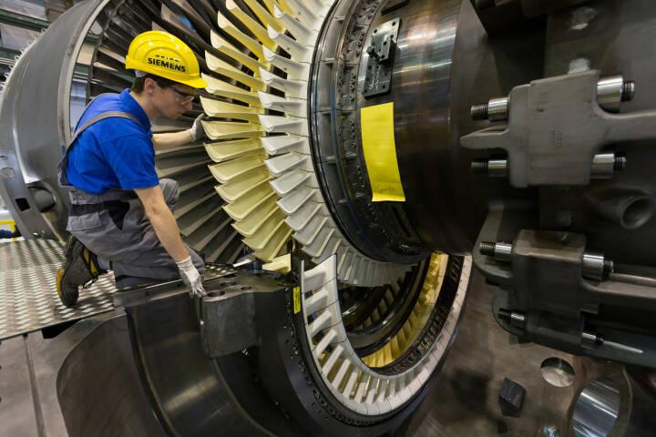 Mitarbeiter des Gasturbinenwerks Berlin legen den so genannten Läufer in das Turbinengehäuse ein.