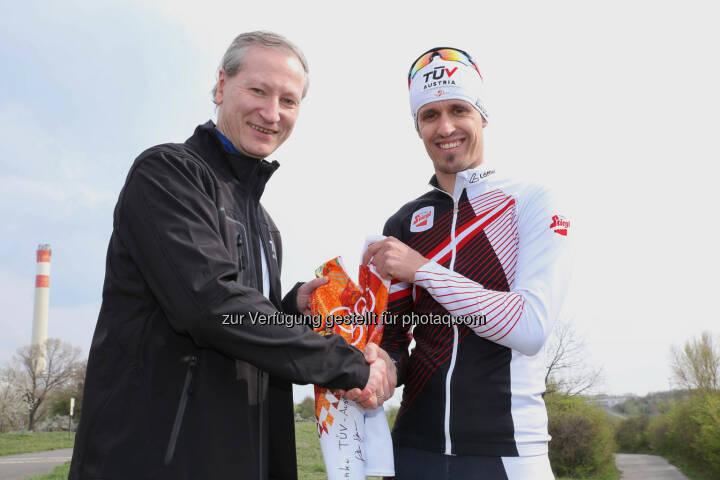Lukas Klapfer übergibt sein Originaltrikot der Olympiade in Sotschi an Stefan Haas (links), CEO TÜV Austria