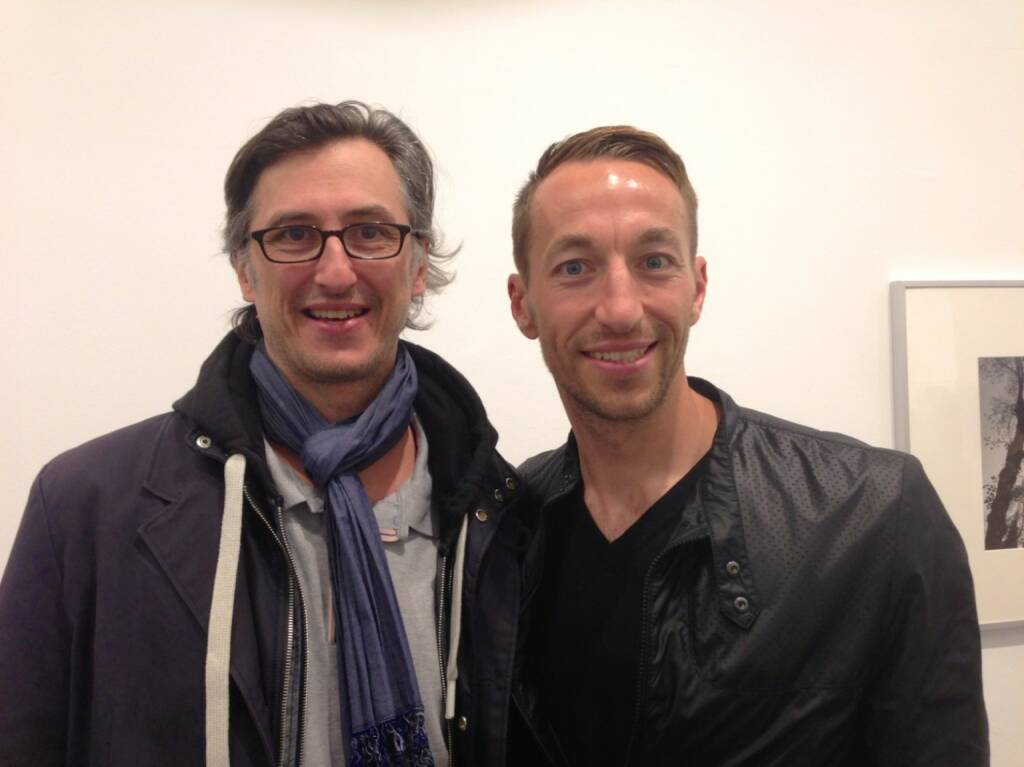 Josef Chladek trifft Manuel Ortlechner im Ostlicht bei der Teller/Araki Vernissage (seitlich an der Wand Araki) - und quatschen über http://josefchladek.com , Fotografie, Bücher - und natürlich über Fussball und die Austria! (04.04.2014)