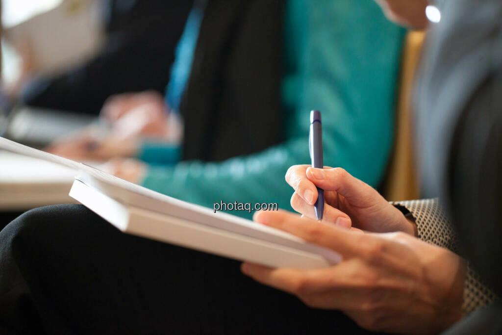 Porr Pressekonferenz, Notizblock, Kuli, © Michaela Mejta für finanzmarktfoto.at (09.04.2014)