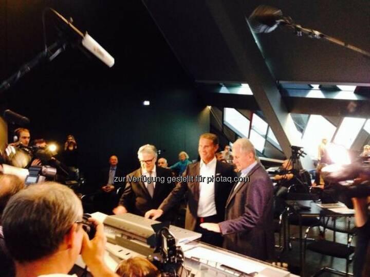Enthüllung des voestalpine wing durch David Coulthard, Wolfgang Eder und Helmut Marko (Bild: voestalpine)