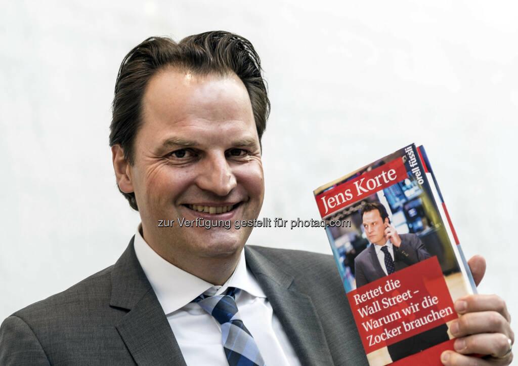 Jens Korte mit seinem Buch Rettet die Wall Street (Bild: Messe Stuttgart) (11.04.2014)