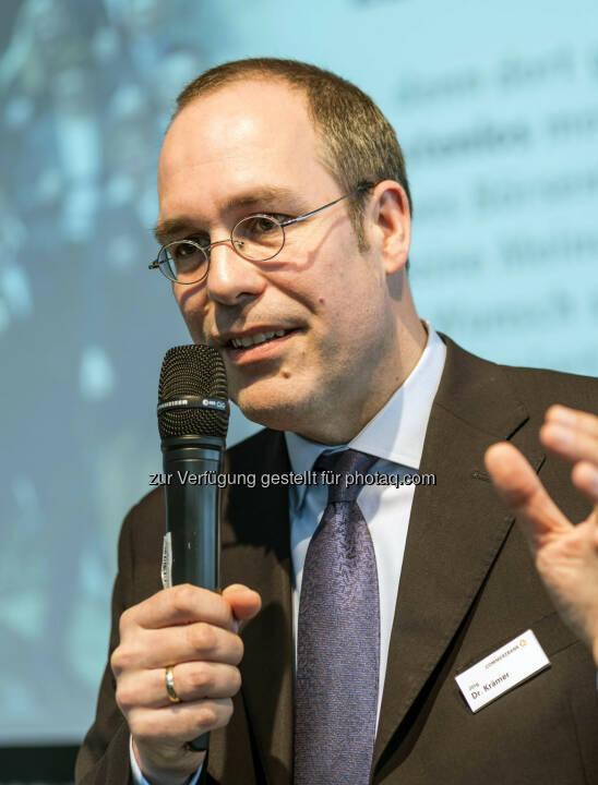 Referent Jörg Krämer, Chefvolkswirt der Commerzbank, während seines Vortrages auf der Börsendino-Bühne (Bild: Messe Stuttgart)
