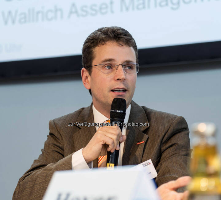 Finanzexperte Niels Nauhauser von der Verbraucherzentrale Baden-Würrtemberg während seines Vortrages des Veranstalters Verlagsgruppe Handelsblatt (Bild: Messe Stuttgart)