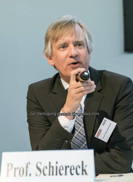 Dirk Schiereck während seines Vortrages auf der Aktionsbühne der Verlagsgruppe Handelsblatt (Bild: Messe Stuttgart) (11.04.2014)