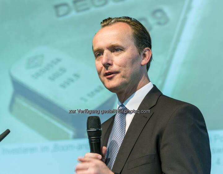 Thorsten Polleit, Chefvolkswirt des Degussa Goldhandels, während seines Vortrages über das Investieren im Boom and Brust Zyklus (Bild: Messe Stuttgart)