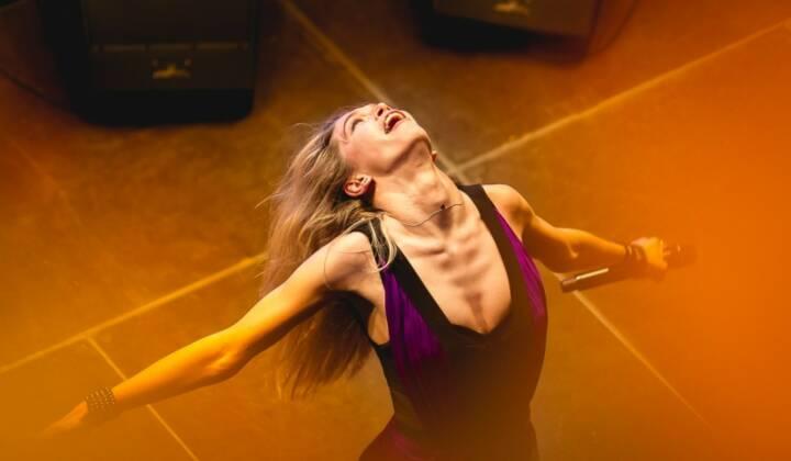 Immofinanz aufwärts, Blick nach oben: Popstar Vera Brezhneva begeisterte die Fans beim Frühlingsevent in der Goodzone, siehe http://blog.immofinanz.com/de/2014/04/11/immofinanz-fruehlingsfest-in-goodzone-und-reges-medieninteresse/