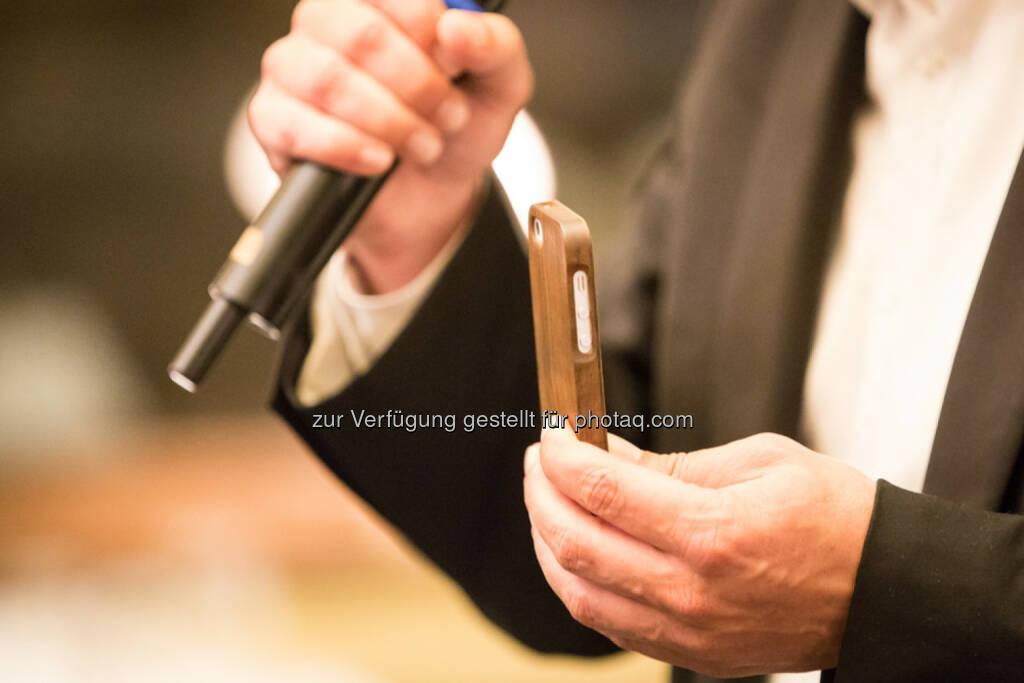 Alex Krauser vom Rekordprojekt Woodero präsentiert die neueste Produktinnovation. iPhone, Mikrofon, &copy; Texte und Bilder von <a href=