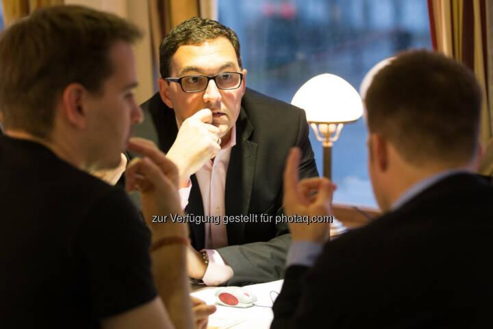 Markus Baldauf von Darling4Me unterhält sich am Projekttisch mit interessierten Gästen.