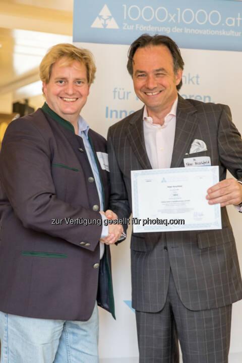 1000x1000 Geschäftsführer Georg Kalandra verleiht den neuesten Investoren ihre Zertifikate.