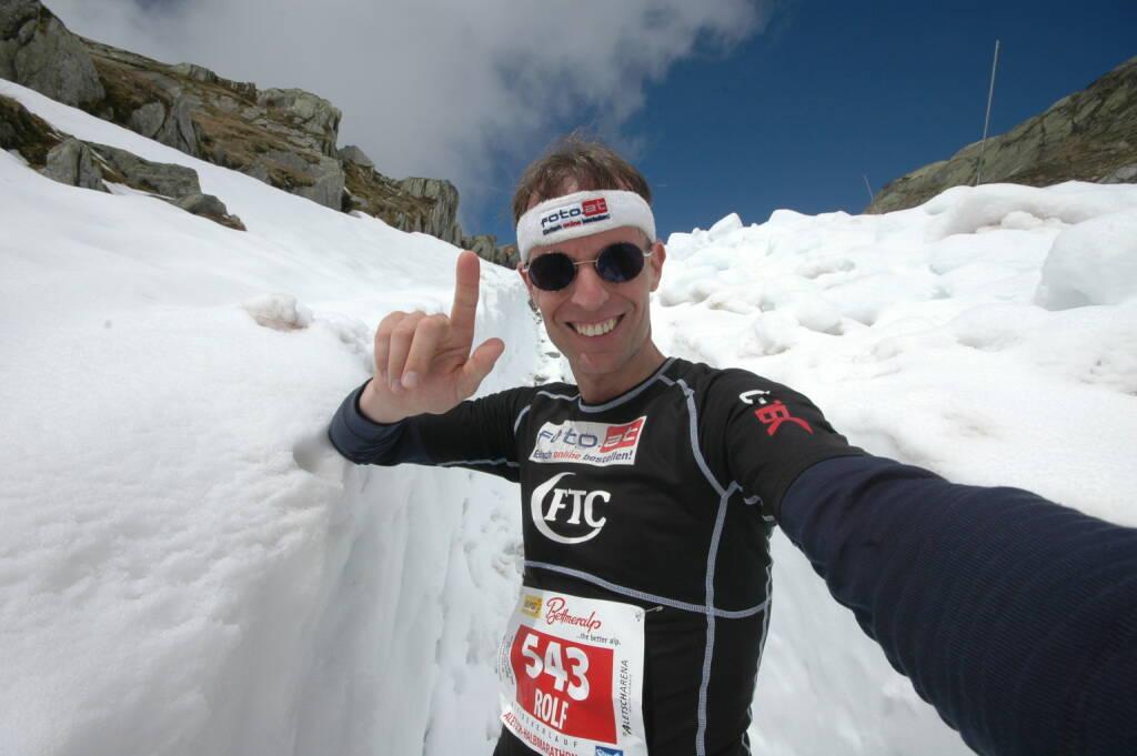 """Beim """"Chinese Wall China Marathon"""" nahe Peking warten 42 extreme Lauf-Kilometer, nahezu ständig auf der Mauer, verschärft durch 2300 Höhenmeter im Aufstieg und genau so viel Höhenmeter im Abstieg und gespickt mit 20.350 Stufen, mitunter in steilstem Terrain. Rolf Majcen: """"Dieser Marathon ist wahnsinnig hart, allein der Streckenrekord liegt bei 6.15 Stunden! Ich will gut durchkommen!"""", meint Rolf Majcen demütig, denn er weiß genau, dass diese Herausforderung zu den extremsten in seinem Sportler-Leben zählt.    (21.04.2014)"""