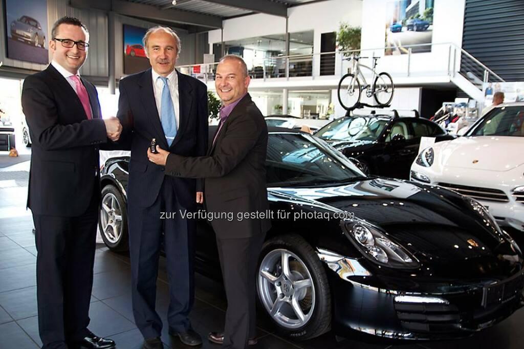 Die Börse Frankfurt Zertifikate AG gratuliert dem Sieger der dritten Trading Masters Staffel und wünscht Ihm viel Spass mit seinem fabrikneuen Porsche Boxster.  Source: http://twitter.com/zertifikateboersefra, © Aussendung (22.04.2014)