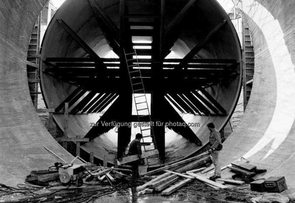 Wo heute Hunderte Kubikmeter Wasser der Donau durchfließen, arbeiteten diese beiden Männer 1982 am Turbinenschacht im Kraftwerk Greifenstein. www.verbund.com/greifenstein  Source: http://facebook.com/verbund (22.04.2014)