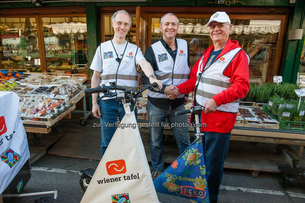Lebensmittel retten mit E-Trikke (v.r.n.l.): Peter Kotauczek (Beko) und Martin Haiderer (Wiener Tafel) mit dem ehrenamtlichen Projekt-Betreuer Martin Ebenhöh am Wiener Naschmarkt (22.04.2014)