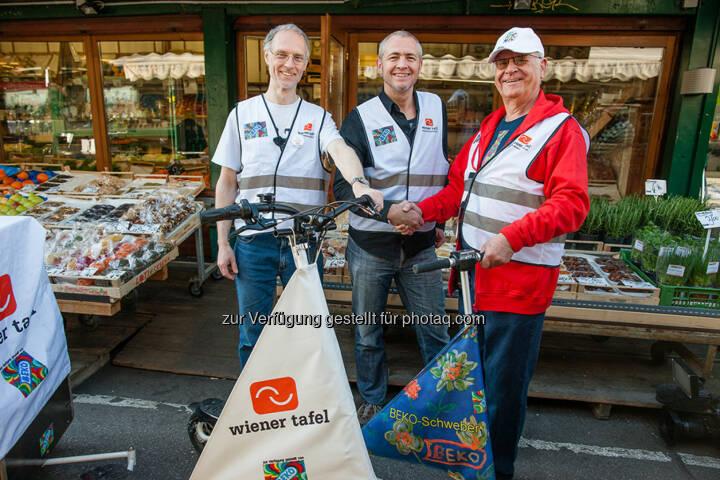 Lebensmittel retten mit E-Trikke (v.r.n.l.): Peter Kotauczek (Beko) und Martin Haiderer (Wiener Tafel) mit dem ehrenamtlichen Projekt-Betreuer Martin Ebenhöh am Wiener Naschmarkt