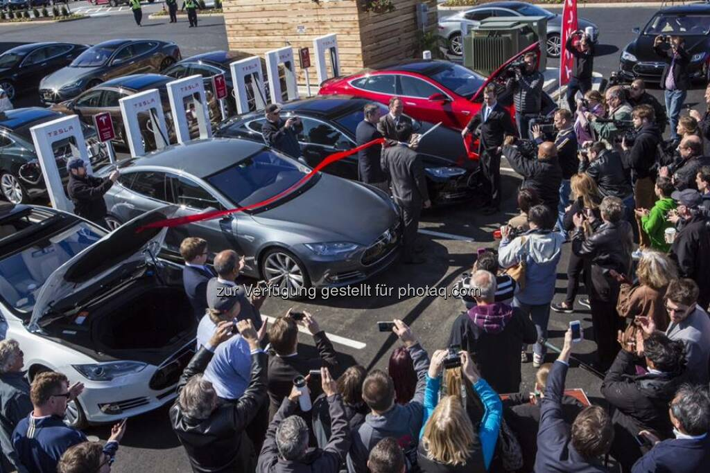 Tesla feiert den 100. Supercharger: Thank you to everyone who came out to celebrate the 100th Supercharger and supported Tesla. If you weren't able to make it, take a look at these photos from the event:  Source: http://facebook.com/teslamotors  (26.04.2014)