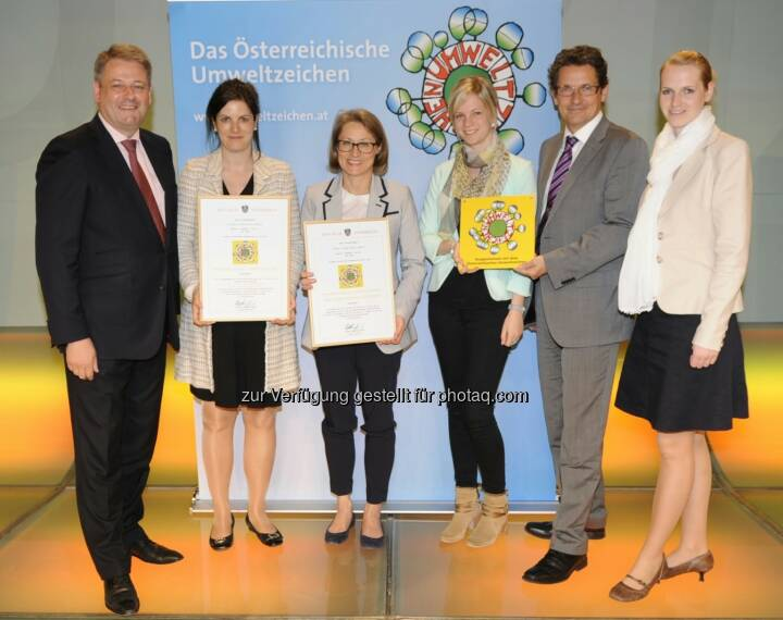 Austria Center Vienna ist erstes Green Conference Center: Andrä Rupprechter (Bundesminister BMLFUW), Susanne Baumann-Söllner (Vorständin IAKW-AG), Ingrid Weigl (Stv. Bereichsleitung Green Meeting & VIC IAKW-AG), Sabine Weiß (Marketing & Kommunikation IAKW-AG), Manfred Wehner (Bereichsleitung Facility Management VIC), Nicole Krebs (Stv. Bereichsleitung Marketing & Kommunikation).