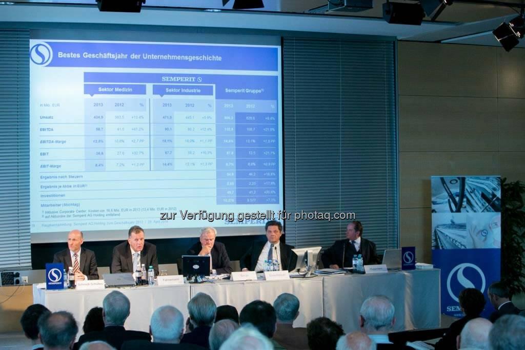 Johannes Schmidt-Schultes (CFO Semperit), Thomas Fahnemann (CEO Semperit), Veith Sorger (Aufsichtsratsvorsitzender Semperit), Richard Ehrenfeldner (Vorstand Semperit), Thomas Huppmann (Notar), © Martina Draper für Semperit (29.04.2014)