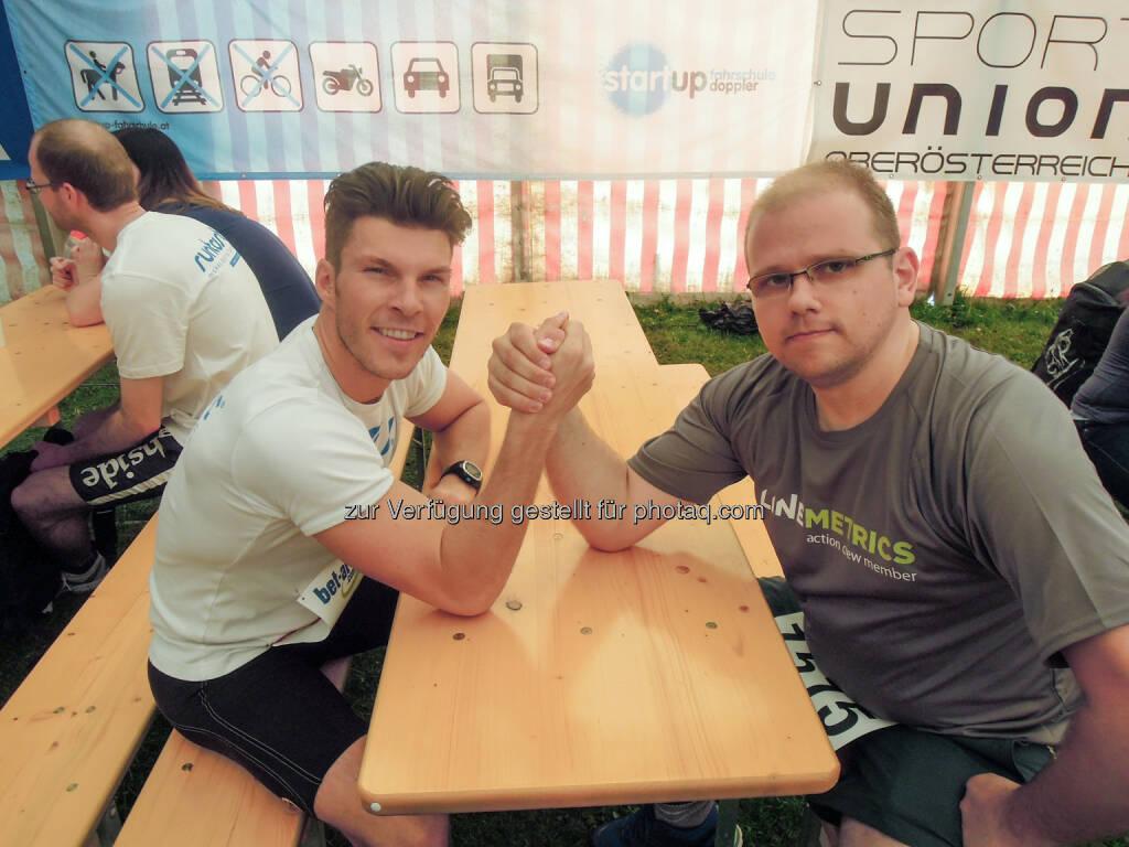 Runtastic-Gründer Florian Gschwandtner und LineMetrics-CMO Wolfgang Hafenscher nach einem Laufevent in Linz. Das Fotosetup haben die beiden, frisch informiert über die Top-Plätze beim UPside award, selbst in die Hand genommen. Es war ein Kräftemessen auf hohem Niveau. (01.05.2014)