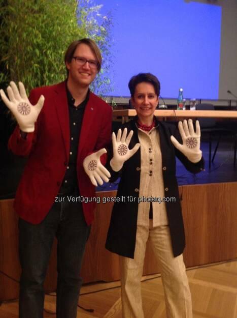 Helping Hands: Vorstandsvorsitzende Infineon Technologies Austria Sabine Herlitschka mit Marc Germeshausen (Bild: Round Table Austria) (03.05.2014)