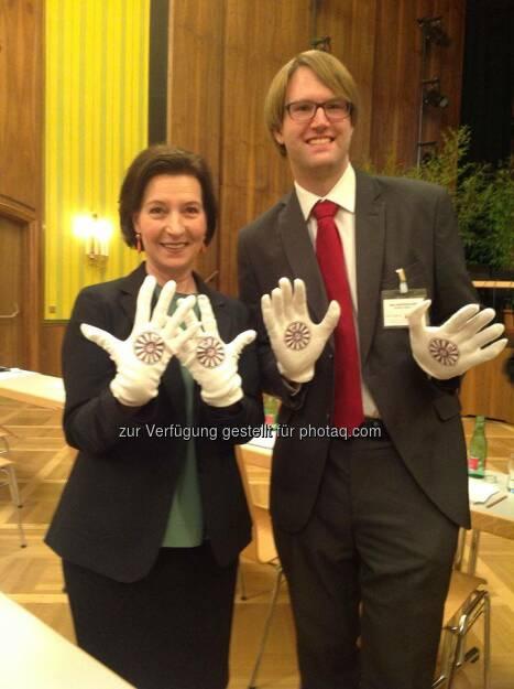 Helping Hands: Bundesministerin für Bildung und Frauen, Gabriele Heinisch-Hosek mit Marc Germeshausen (Bild: Round Table Austria) (03.05.2014)
