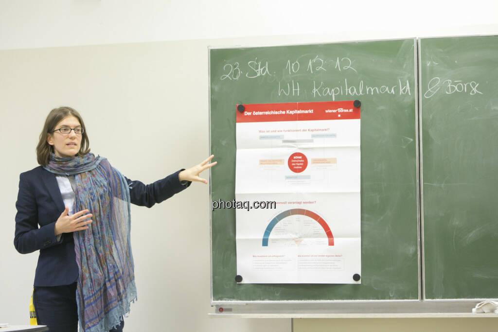 Julia Smid in der 4 AK beim Börseunterricht, © Martina Draper/finanzmarktfoto.at (21.12.2012)