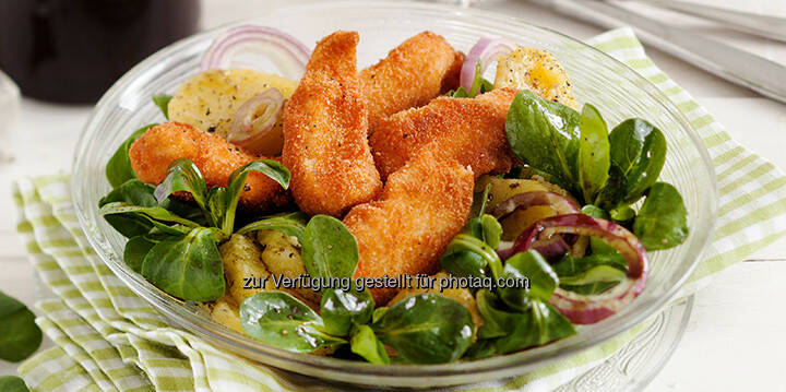 Backhendl-Salat mit steirischem Kürbiskernöl - http://www.kochabo.at/backhendl-salat-mit-steirischem-kuerbiskernoel/