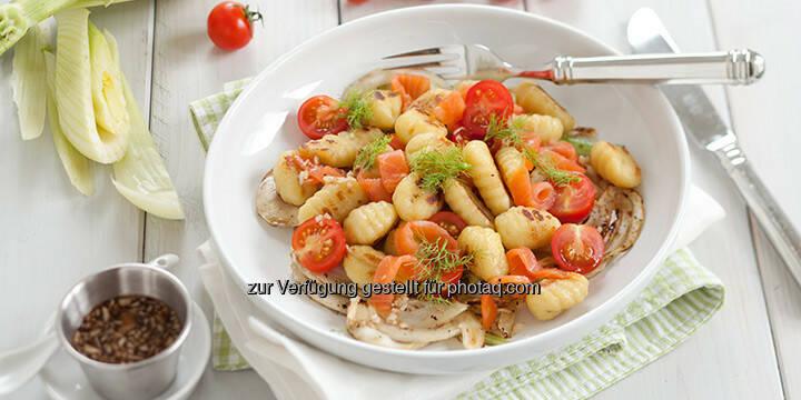 Lauwarmer Gnocchi-Salat mit Räucherlachs und mariniertem Fenchel - http://www.kochabo.at/lauwarmer-gnocchi-salat-mit-geraeuchertem-lachs/