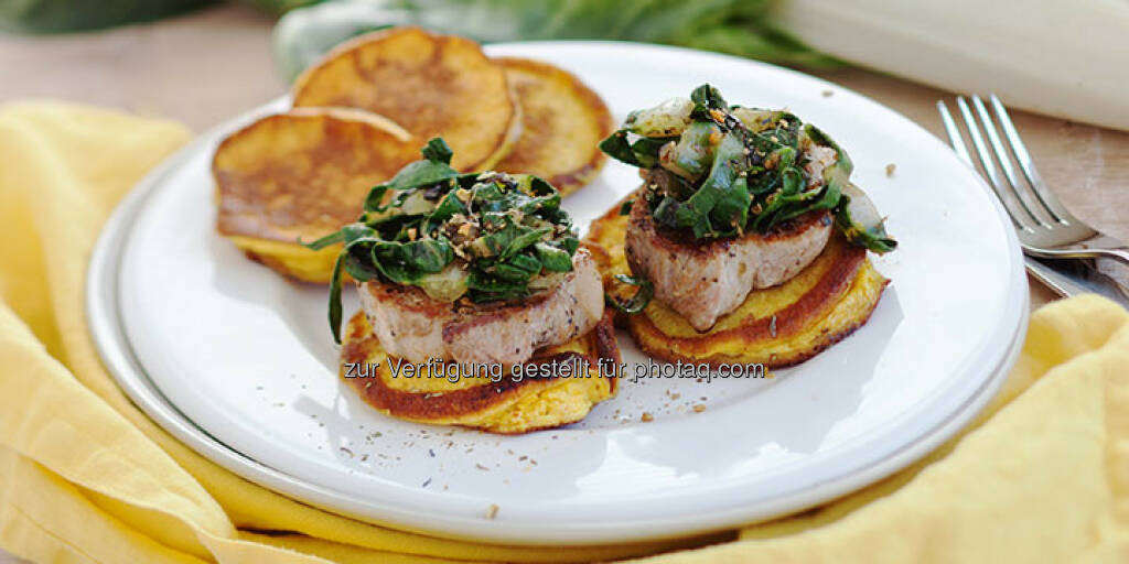 Schweinskarree auf Kurkuma-Pancakes mit Mangoldgemüse - http://www.kochabo.at/schweinskarree-auf-kurkuma-pancakes-mit-mangoldgemuese/, © kochabo.at (05.05.2014)