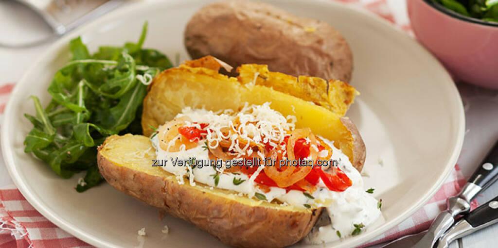 Ofenkartoffeln mit Paprikastreifen und Sauerrahmdip - http://www.kochabo.at/ofenkartoffeln-mit-paprikastreifen-und-sauerrahmdip/, © kochabo.at (05.05.2014)