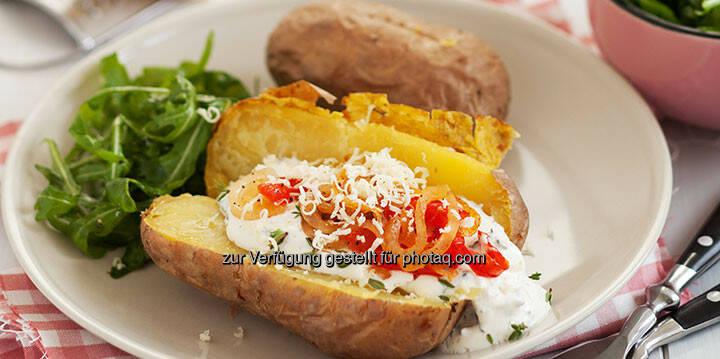 Ofenkartoffeln mit Paprikastreifen und Sauerrahmdip - http://www.kochabo.at/ofenkartoffeln-mit-paprikastreifen-und-sauerrahmdip/