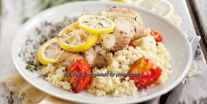 Hühnerbrust mit Zitrone und Thymian auf feinem Couscous - http://www.kochabo.at/huehnerbrust-mit-zitrone-und-thymian-auf-feinem-couscous/