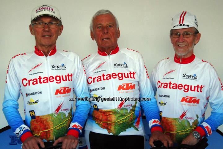 Drei Österreicher und ein Deutscher im Alter von 66 bis 78 Jahren nehmen im Juni 2014 am Race Across America über 5.000 Kilometer quer durch die USA teil. Im Manhattan Fitness bereiten sie sich auf die sportliche Herausforderung vor. Herbert Lackner (74), Anton Gierer (78), Josef Schalk (68).